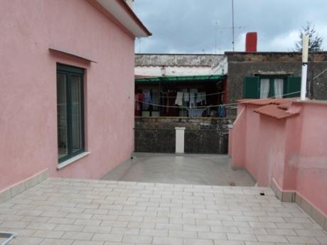 Meta, centrale, vendesi ristrutturato appartamento di 90 mq con terrazzo
