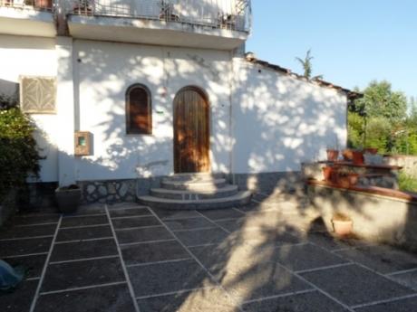 Sant'Agata, centralissimo, vendesi appartamento con ingresso indipendente ed ampio cortile