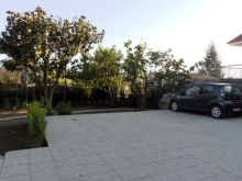 Corte esterna in parte pavimentata ed in parte giardino